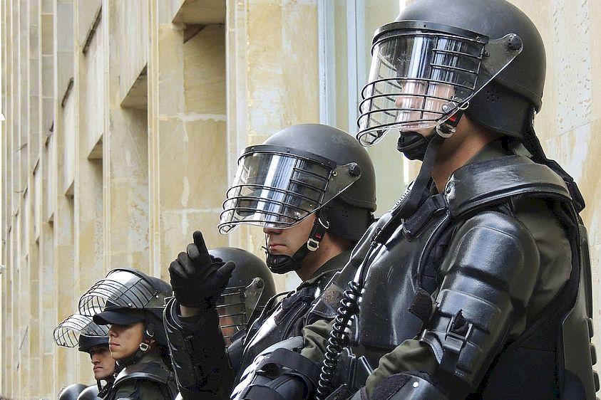 polizia_antisommossa_caschetto_repressione